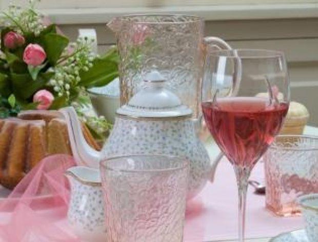 Różowa porcelana na wielkanocnym stole