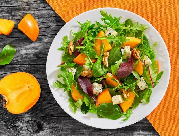 Smaczne sałatki mięsne warzywne deserowe