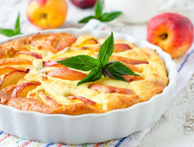 Sernik pieczony z brzoskwiniami