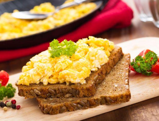 Jak zrobić jajecznicę z serem?
