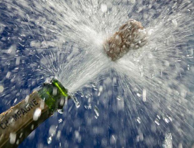 Strumień szampana odrywa się