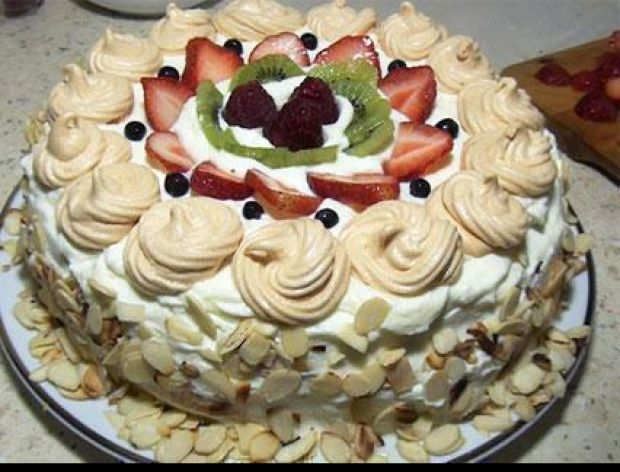 Tort śmietanowy z owocami i bezą