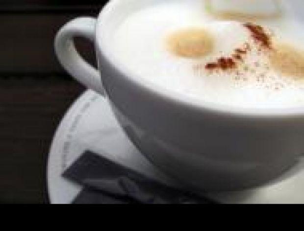 Usuwanie plam od kawy z mlekiem