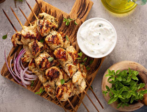 Tzatziki jako dodatek do mięsa z grilla