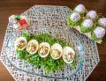 Jajka faszerowane sałatką pieczarkową z groszkiem