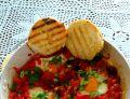Jajka sadzone z chorizo, pomidorami i papryką