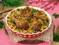 Pałki z kurczaka na kolorowym ryżu