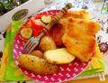 Panierowane mięso z udek z opiekanymi ziemniakami