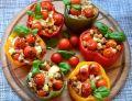 Paprykowe miseczki z cieciorką i pomidorkami