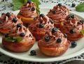 Pieczone brzoskwinie z kremem malinowym i jagodami