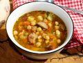 Pikantna zupa z ciecierzycą, pomidorami i kiełbasą