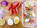 Sałata lodowa z pomidorem, jajkiem i tuńczykiem