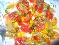 Salatka  do obiadu z pomidorem i ogórkiem kiszonym