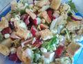 Sałatka lunchowa z rzodkiewką i grzankami