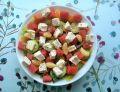 Sałatka z arbuzem, serem sałatkowym i czosnkiem
