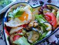 Sałatka z bakłażana i gruszki z jajkiem sadzonym