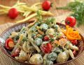 Sałatka z fasolki z sosem czosnkowym