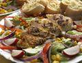Sałatka z grillowanym kurczakiem i grzankami