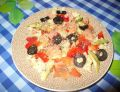 Sałatka z kaszą jaglaną i łososiem z oliwkami