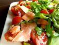 Sałatka z łososiem i sosem miodowo-musztardowym