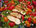 Sałatka z miodowo-paprykowym filetem kurczaka