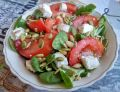 Sałatka z roszponki z pomidorami, serem i ziarnami