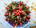 Sałatka z rukolą, owocami i serem pleśniowym