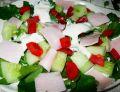 Sałatka z rukolą warzywami i szynką