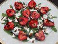 Sałatka z truskawkami i fetą na rukoli