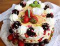 Tort bezowy z kremem cytrynowym i truskawkami