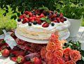 Tort bezowy z owocami i kremem z białej czekolady