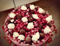 Tort lodowy z owocami lata i bezą