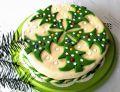 Tort świąteczny z zielonymi, cukrowymi choinkami