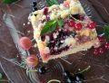 Ucierane ciasto z agrestem, porzeczką i poziomkami