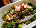 Wiosenna sałatka z brokuła, jajka i awokado