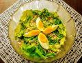 Zielona sałatka z tuńczykiem i jajkiem