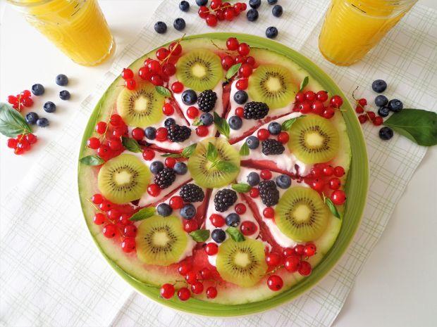Arbuzowa pizza z owocami i jogurtem