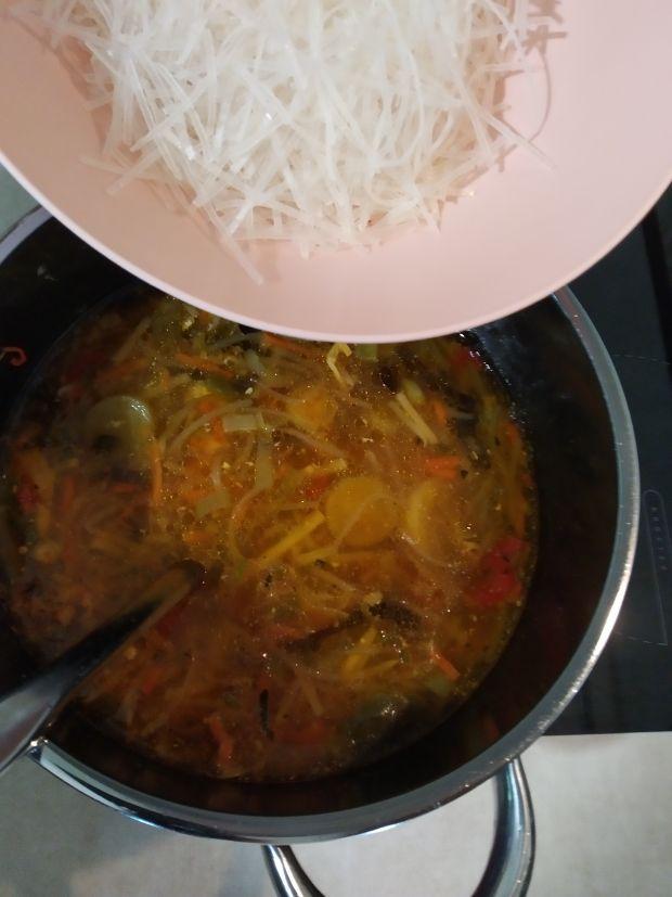 Aromatyczna zupa chińska z kurczakiem