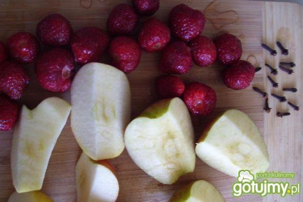 Aromatyczny kompot z truskawek i jabłek.