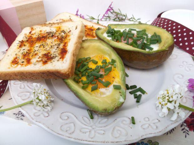 Awokado pieczone z jajkiem i czosnkową grzanką
