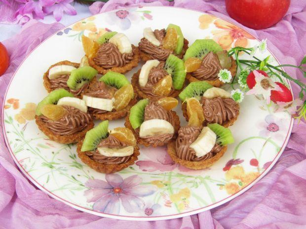 Babeczki z kremem kakaowym i owocami
