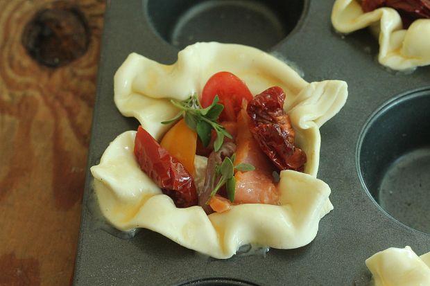 Babeczki z łososiem i sosem malinowym