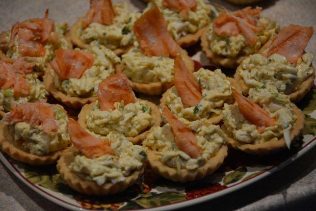 Babeczki z pastą jajeczną i grillowanym łososiem