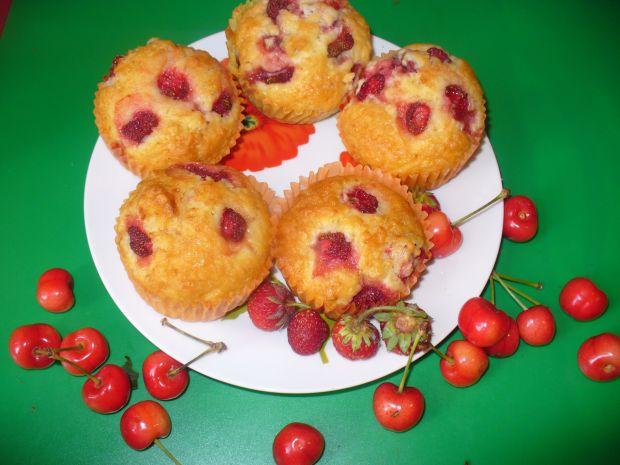 Babeczki z truskawkami i czereśniami