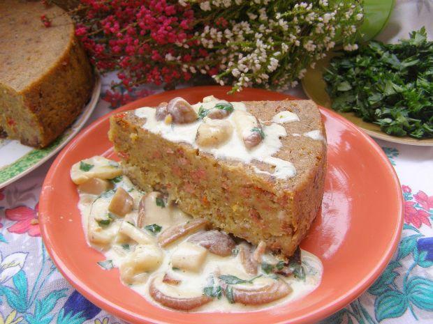 Babka ziemniaczna z kiełbasą z sosem grzybowym