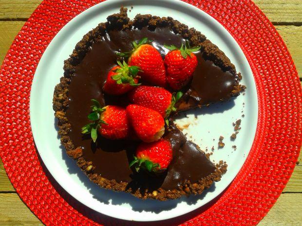 Bardzo czekoladowa tarta z truskawkami