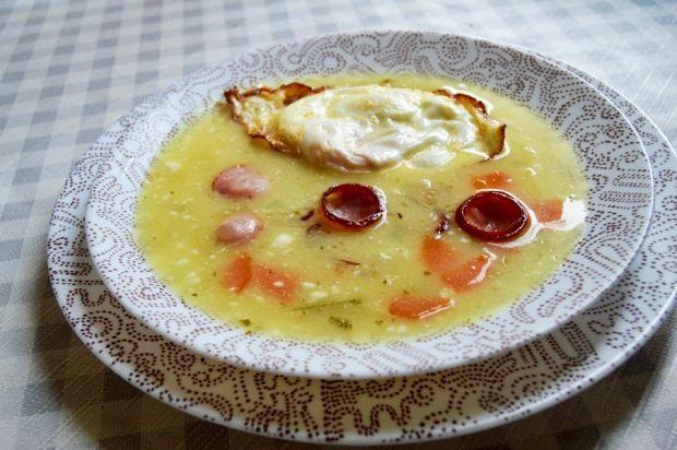 Barszcz biały z kaszą, chrzanem i jajkiem sadzonym