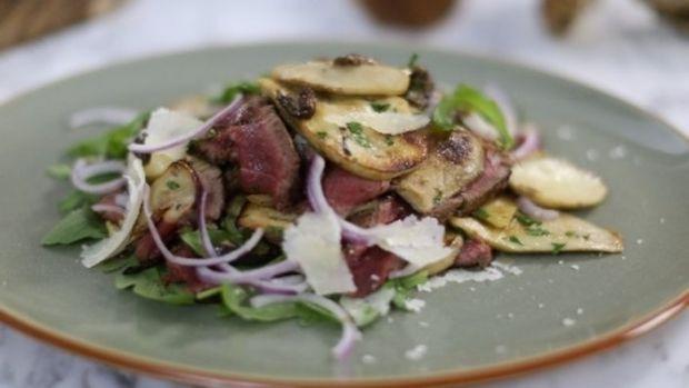 Befsztyk z polędwicy i sałatka z borowików