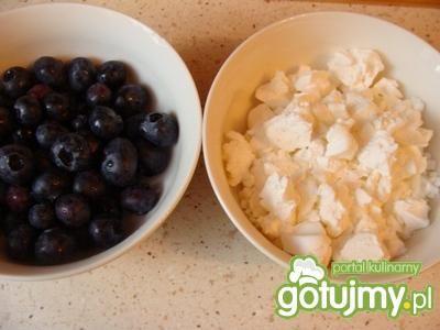 Bezowy deser z jagodami i śmietaną