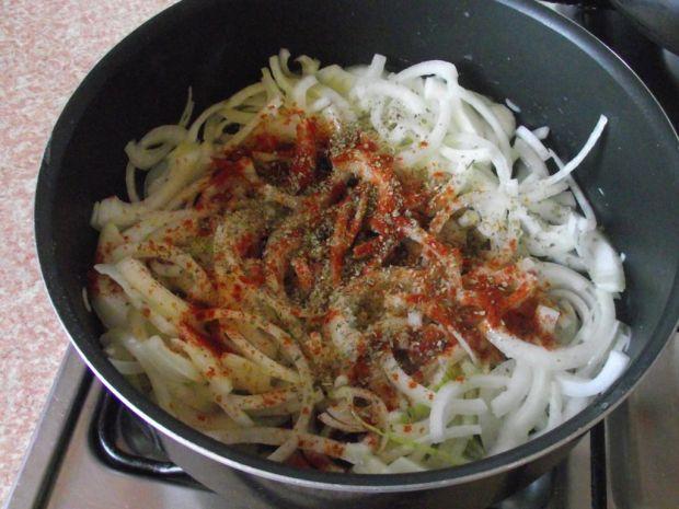 Biała kiełbasa pieczona w cebuli i piwie